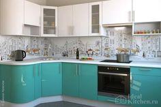 бело-бирюзовая кухня из МДФ с фартуком из стекла