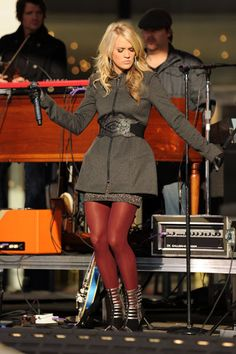 Carrie Underwood sings in colored tights