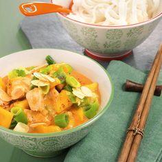 Ein Curry, das alles übertrifft. Es ist scharf (Currypaste), fruchtig (Mangostückchen), cremig (Kokosmilch) und exotisch gewürzt (Zimt).