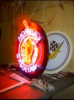 Placa com Neon decorativo