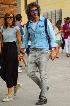 デニムシャツにグレージーンズを合わせてデニムオンデニムを表現