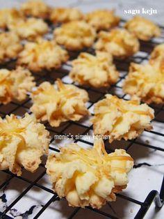 kue kering sagu keju Pineapple Tart, Sweet Cookies, Indonesian Food, Kfc, Cookie Jars, Cheddar, Cake Pops, Baked Goods, Cookie Recipes