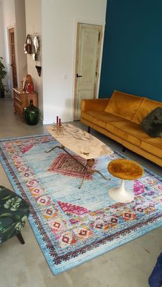 Vintage Home Decor For More Traditional Interior Design Rugs In Living Room, Home And Living, Living Room Designs, Room Color Schemes, Room Colors, Vintage Home Decor, Vintage Rugs, Entry Furniture, Home Decor Bedding