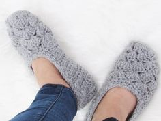 This is a free crochet slipper pattern that is perfect for beginners, a quick crochet project that will make great gifts. Make a pair today. Free Crochet Doily Patterns, Crochet Slipper Pattern, Free Pattern, Crochet Ideas, Easy Crochet Slippers, Crochet Shoes, Crochet Decrease, Quick Crochet, Beginner Crochet Projects