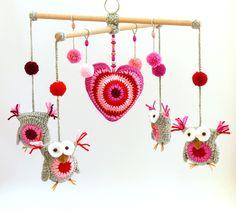horgolt baglyos babaforgó rózsaszín árnyalatokkal / crochet baby-mobile with owls in shades of pink #horgolt #crochet #bagoly #owl #babaforgó #babymobile #szív #heart