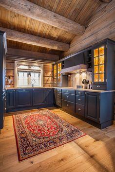 Klassisk kjøkken i heldekkende askesort (S-8000N). Gråoljet eik benkeplate. Ventilatorstokken i eik over komfyren gir et helhetlig inntrykk. Kjøkkenet er utstyrt med knotter og skålhåndtak i antikk…