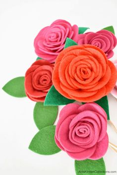 Felt roses with this easy felt flower tutorial and free SVG cut for your Cricut or PDF printables with a pair of scissors. Felt Roses, Felt Flowers, Paper Flowers, Small Flower Design, Flower Designs, Felt Flower Tutorial, Diy Tutorial, Creative Skills, Creative Crafts