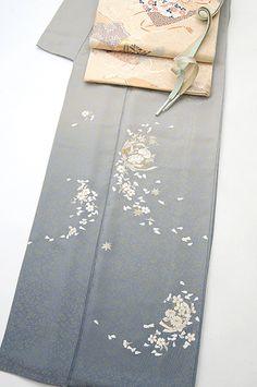 Love the flower petals shaped like hearts- so dainty Traditional Japanese Kimono, Traditional Dresses, Kimono Pattern, Embroidery Motifs, Japanese Flowers, Kimono Fabric, Japanese Outfits, Grey And Gold, Japanese Beauty