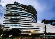 Zaha Hadid in Hong Kong: Innovation Tower in its final phase - Arquitectura Viva · Architecture magazines Futuristic Architecture, Amazing Architecture, Architecture Details, Architecture Magazines, Building Architecture, Zaha Hadid Design, Arquitectos Zaha Hadid, Zaha Hadid Architects, Hong Kong