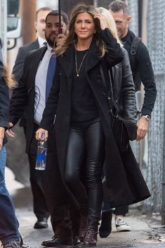 Jennifer Aniston capsule wardrobe: black coat with leather trousers in 2018 Leather Trousers Outfit, Trouser Outfits, Black Leather Pants, Black Coated Jeans, Trousers Fashion, Estilo Jennifer Aniston, Jenifer Aniston, Look Fashion, Winter Fashion