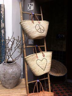 Im Flur? Schals und so...?!? Rattan, Wicker, Basket Organization, Basket Bag, Nail Shop, Boutique Shop, Basket Weaving, Interior Inspiration, Straw Bag