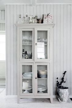 Hjemme hos Othillia Thalund: Her er mit sommerhus Swedish Cottage, Modern Cottage, Salvaged Furniture, Painted Furniture, Room Inspiration, Interior Inspiration, Produce Storage, Rustic Chic Decor, Gravity Home