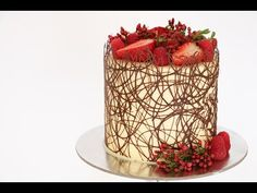 Chocolate Border Cake Tutorial- Rosie's Dessert Spot In this video tutorial I demonstrate how to create a delicate and elegant chocolate boarder around a cake decorated with fresh berries and flowers. Birthday Cakes For Men, Cake Birthday, Cake Decorating Videos, Cake Decorating Techniques, Funfetti Kuchen, Chocolate Wrapping, New Cake, Homemade Desserts, Drip Cakes