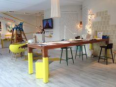 « A table » est un mobilier console polyvalent, conçu par l'agence Industrial Orchestra. Il s'intègre facilement dans un espace et invite au rassemblement, à la discussion, à l'échange autour de différentes fonctions : porte document, plateau pour traiteur, boite/bac à glaçons, support de lampe… A Table est une pièce idéale pour créer une zone de convivialité, dans des contextes formels comme informels. #lamanufacturedudesign