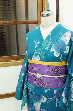 露草色と浅葱色とをとけあわせたような緑青色の地に、ぼかし美しい羽をもつ蝶々模様が染め出された注染レトロ浴衣です。 #kimono