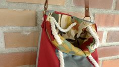 Detalle de bolso de rayas con interior de flores.