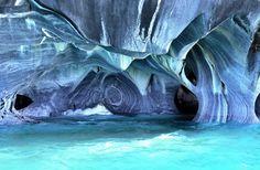 A Patagônia, no Chile, reserva essa verdadeira escultura natural. A cor azulada da Cuevas de Marmol é apenas um reflexo da água, que muda de acordo com o clima e estação do ano.