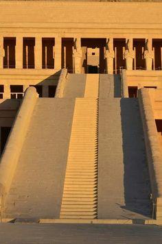It's hard to keep your imagination from running wild looking at images like Deir-el Bahari,templo de Hatshetsut.
