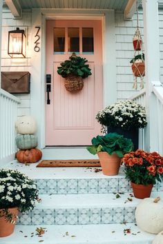 Fall Front Porch und Fliesen Front Steps - Nesting With Grace - Herbst Veranda Ideen mit Fliesen Vordertreppen Diy Gardening, New England Homes, New England Decor, Front Steps, Deco Design, Design Design, Autumn Home, Porch Decorating, Decorating Ideas