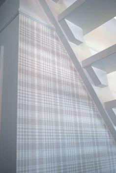 kiva tapetti, yläreuna 20cm valkoinen maalaus +lista New Beginnings, Hallways, Blinds, Villa, Stairs, Plaid, Wallpapers, Curtains, Home Decor