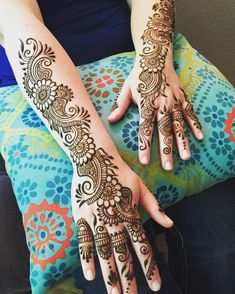 Simple mehndi designs for hands to kick start the ceremonial fun. If elaborate henna designs are a bit too much for you, then check out these henna designs. Latest Bridal Mehndi Designs, Latest Arabic Mehndi Designs, Back Hand Mehndi Designs, Henna Art Designs, Indian Mehndi Designs, Mehndi Designs For Girls, Mehndi Designs 2018, Mehndi Designs For Beginners, Modern Mehndi Designs