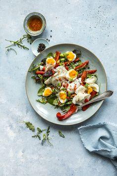 Med rester igjen etter skreimiddagen kan du lage denne deilige salaten neste dag - full av gode smaker. Like god til lunsj som til tapas. Curry, Ethnic Recipes, Food, Red Peppers, Kalay, Meals, Curries, Yemek, Eten