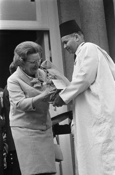 Fotocollectie » Koningin Juliana 58 jaar, defilé op Paleis Soestdijk, namens de Marokkaanse gastarbeiders werd Hare Majesteit een geschenk aangeboden door de heer Mouhmi   gahetNA