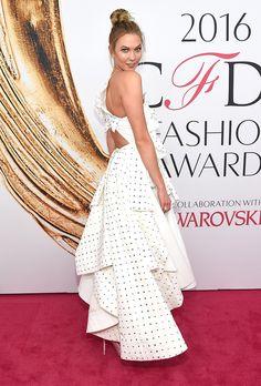 Stuart Weitzman: Karlie Kloss turns heads in custom crystal QUEEN pumps at the Celebrity Gowns, Celebrity Look, Celeb Style, Beyonce, Karlie Kloss Style, Cfda Awards, Girls Magazine, Fashion Designer, Model Look