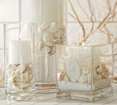 des vases en verre avec de sable et des coquillages