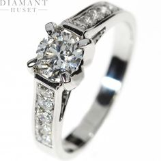 Diamantring i hvitt gull  Kraftig diamantring!  Fantastisk lekker diamantring i 14KT (585) hvitt gull med diamanter på til sammen 1,05CT TWSI. Diamantringen har en 0,70ct diamant på toppen og mange mindre diamanter elegant plassert nedover selve ringen.