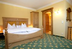 Discover the comfy rooms at fair prices of the wellness & spa hotel Eichingerbauer for your vacation in St. Lorenz near the lake Mondsee in Austria. Wellness Spa Hotel, Hotel Spa, Country Hotel, 4 Star Hotels, Relax, Comfy, Rooms, Bed, Furniture