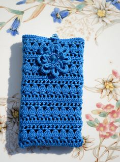 blue crocheted cover for cellulars accessoires by HanciCrochets, ♡ Crochet Wallet, Crochet Case, Crochet Shell Stitch, Crochet Purses, Crochet Gifts, Crochet Simple, Love Crochet, Bead Crochet, Diy Crochet