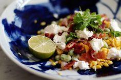 sallad på färsk majs och bondbönor med ricotta, chili och lime.
