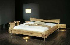 Abbildung: Balken-Bett gezinkt, Größe 180x200 cm in Holzvariante Sumpfeiche massiv, rissig, mit Eisen-Füßen, inkl. Kopfteil. Optional: indirekte Beleuchtung im Bettrahmen