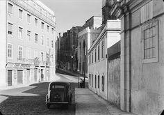 Câmara Municipal de Lisboa - Serviços Culturais  Vista do cruzamento da Rua das Pedras Negras com a Rua Augusto Rosa. Ao fundo, a fachada lateral da Sé.  Fotografia sem data. Produzida durante a actividade do Estúdio Mário Novais: 1933-1983.