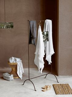 Perfecta percha para salir de la ducha o baño y moderna alfombra de caña.
