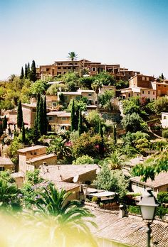 Deiá. Mallorca. Es un pueblo en las montañas de Tramontana. Hay edificios muy viejos y un paisaje bello con una sistema de irrigación que todavía existe de los tiempos de los moros. Solo viven allí unos 650 personas, pero hay mucho turismo gracias a su estética.