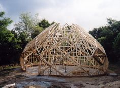 The Living Village - Het Levende Dorp The zome, a dome constructed out of spirals. a beatifull shape for a greenhouse. Architecture Design, Timber Architecture, Sustainable Architecture, Amazing Architecture, Dome Structure, Bamboo Structure, Organic Structure, Bamboo Building, Natural Building