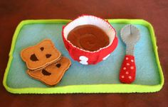 """Feutrine - Plateau petit déjeuner - Bol et cuillère issus du livre """"Je joue à ma dînette en feutrine"""" de Céline Daniel."""
