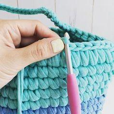 ・ ・ 🏝細編み丸底マルシェ 🏝動画㉖ ・ 〜持ち手部分〜編み包み、色替え 縁の包み編みから持ち手の色替え、編み包み ・ 一段下を編み包みながら、まず最初の7目まで進めました。8目めをすくったところで、最後の引き抜くところで一緒に編み包んで来たグレーの糸に変えて引き抜きます。 ・ さて、ここから持ち手!! ・ 針を持ち手の土台の下側から裏に向けて進め、糸を引っ掛けてから引き抜きます。持ち手の土台と、グリーンの糸を編み包むという感じ。 ・ 文字の説明難しいですね😓 動画に音声いれてるので、動画見ながらの方がわかりやすいと思います! ・ 隙間ができないように、途中で適度に糸を詰めながら、編み包んで下さい。 ・ 今回はこの動画では24目編み包み、25目の途中で糸をグリーンに戻しています。 ・ ・ ・ うまく出来たよー!!の声はすごく励みになります❤️ありがとうございます😊❤️ 是非是非途中経過なども見せてくださいね❤️ シェア、リポスト歓迎です😊 ・ ・ ❤️今回私は丸底マルシェの動画をご紹介してますが、ポーチやスマホポシェットにもなるミニポシェットの作り方を…