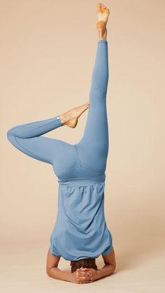 """Unsere nachhaltigen Yoga-Outfits können dank unserers einzigartigen """"Easy-Flow-Systems"""" auch in Umkehrhaltungen nicht verrutschen. #chakrana #chakrana_world #makeyogayourhome #yoga #yogahamburg #fairwages #fairfashion #sustainable #yogafashion #yogaaddict #yogapose #yogaleggings #yogahose #yogawear #yogakleidung #yogamode #yogastyle #yogabrand #vegan #nachhaltig #yogapose #nachhaltigemode ##yogagirls #yogaathome #yogapractice #yogainspiration #madeingermany Yoga Girls, Yoga Outfits, Yoga Inspiration, Yoga Leggings, Mode Yoga, Yoga Style, Pose, Workout"""