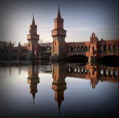 Puente de Oberbaum es un puente de dos pisos que cruza el río Spree en Berlín. Su nombre deriva de un gran tronco de árbol (baum) que, cubierto de espinas de metal, era utilizado en el siglo XVIII para bloquear el río de noche y evitar el contrabando.  Puente de Oberbaum sobre el río Spree en Berlín. Fhnr