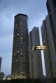 Este es un rascacielos . Es en la Ciudad de México . Se llama la Santa Fe . Es alto.