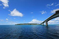 古宇利島は、沖縄本島北部にあるエメラルドグリーンの海に囲まれた小さな島です。2005年に隣の屋我地島との間に古宇利大橋が開通し、車で行ける離島となりました。