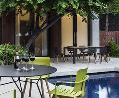 Die Oasiq Coco Serie ist rostfrei, besonders leicht und gibt es in 4 modernen Farben. Der perfekte Gartenstuhl!  #gartenstuhl #gartentisch #gartenmöbel #balkon #sonne #sommer #terrasse #stuhl #tisch