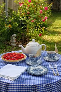 Tea Time ~ strawberry pie and tea - blue transferware and roses - a lovely way to spend an afternoon. Coffee Time, Tea Time, Chocolate Caliente, Strawberry Pie, My Cup Of Tea, High Tea, Drinking Tea, Afternoon Tea, Tea Set