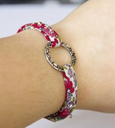 Bracelet liberty Macrame Bracelet Diy, Diy Leather Bracelet, Paracord Bracelets, Bracelets Liberty, Fabric Bracelets, Beaded Bracelets, Wrap Bracelets, Jewelry Art, Beaded Jewelry