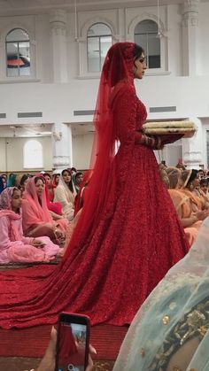New pakistani wedding dress bridal lehenga pakistan ideas Sikh Wedding Dress, Indian Wedding Gowns, Wedding Lehnga, Indian Bridal Outfits, Red Wedding Dresses, Wedding Attire, Punjabi Wedding Suit, Punjabi Bride, Backless Wedding