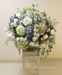 Композиция из искусственных цветов в бело-голубых тонах