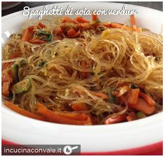 Spaghetti di soia vegan con verdure